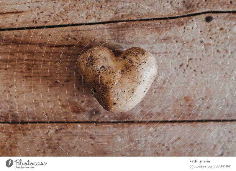 Herz aus Kartoffel - auf Holz Gemüse Gesunde Ernährung Vegetarische Ernährung Lebensmittel Bioprodukte Vegane Ernährung Foodfotografie