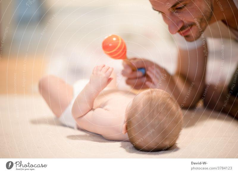 Vater spielt mit seinem Baby Liebe spielen Vater mit Kind Spaß Sohn nähe Eltern Zusammensein Euphorie Geborgenheit Glück Papa Freude Fröhlichkeit Begeisterung