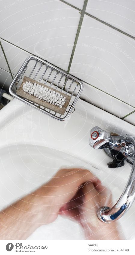 Hände waschen Reinigung klinisch sauber Wasser Wasserhahn Waschbecken Sauberkeit fließendes wasser heißes Wasser Reinlichkeit Hygiene Waschen covid-19