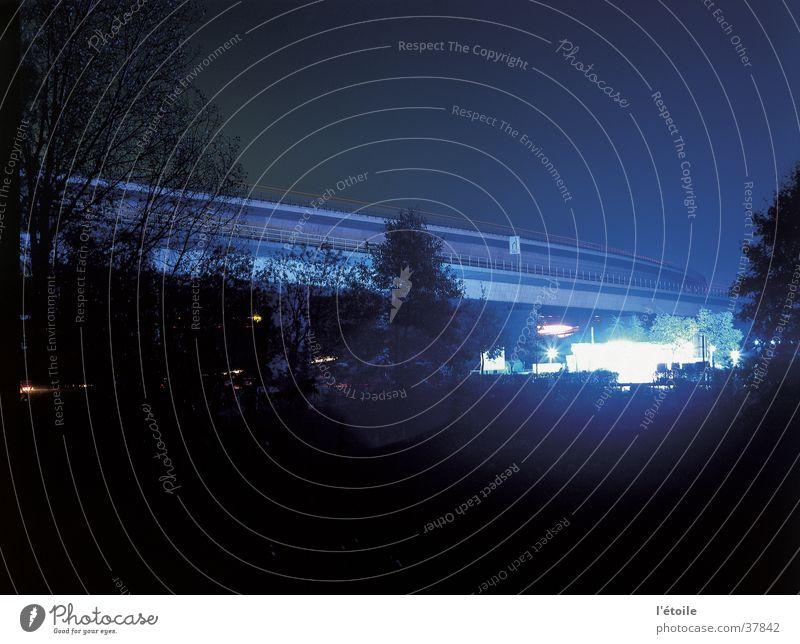 das blaue licht Nacht Langzeitbelichtung Autobahn Tankstelle Brücke autobahnbrücke blaues licht