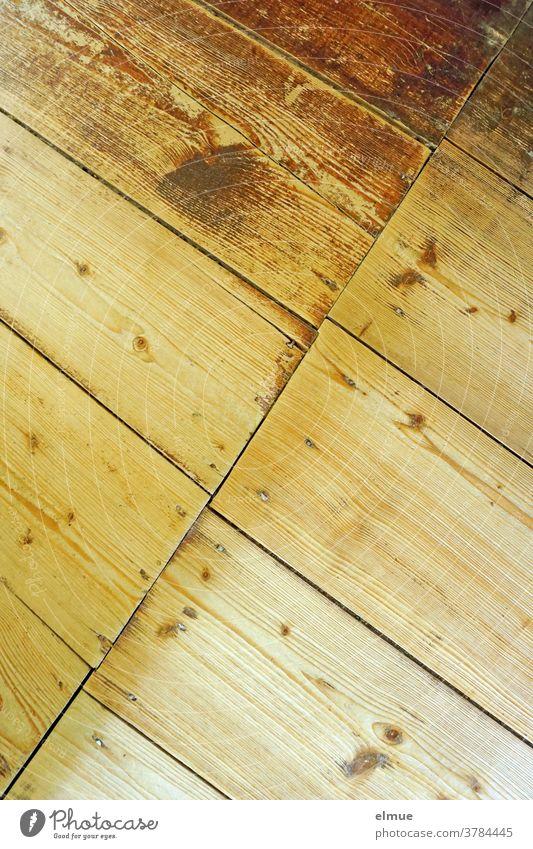 alter, abgenutzter Dielenboden aus Holz mit schräg verlaufendem Bretteransatz Holzdiele vintage Ansatz Geometrie Holzfußboden Strukturen & Formen Muster braun