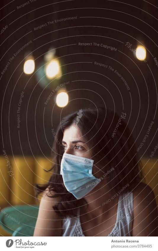 Frauenporträt mit chirurgischer Maske Mundschutz Gesicht covid-19 Coronavirus Verschmutzung Allergie Person Menschen eine Person schützend Operationsmaske