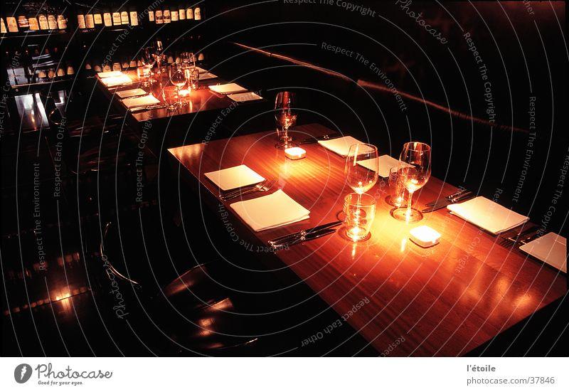 à la table Innenarchitektur Ernährung Tisch Restaurant Holztisch Langzeitbelichtung downlight
