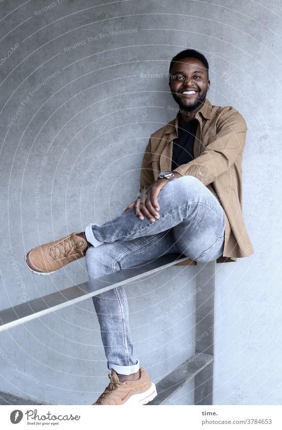 Alex mann sitzen jeans hemd dunkelhaarig lächeln geländer fröhlich entspannt