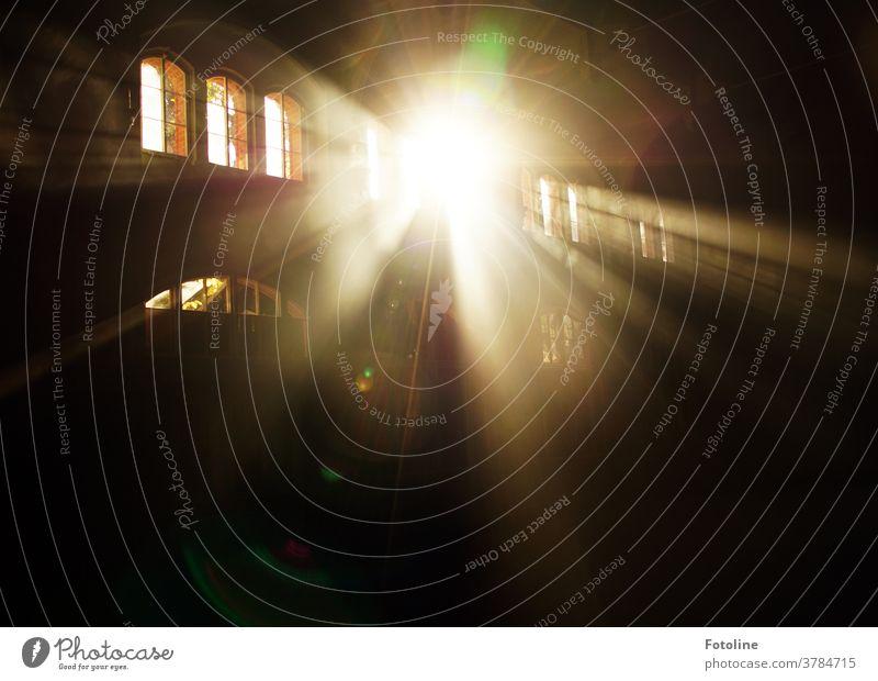 Lichtdurchflutet - oder Sonnenstrahlen, die durch wunderschöne große Fenster einen Lost Place mit Licht durchfluten lost places Menschenleer alt Farbfoto