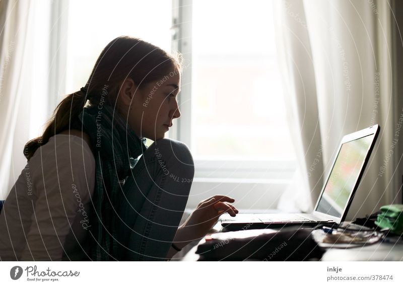 Die Sonne scheint. Macht ja nichts.... Mensch Kind Jugendliche Mädchen Fenster Leben Stil Schule Büro Raum Wohnung Freizeit & Hobby Kindheit Computer Lifestyle