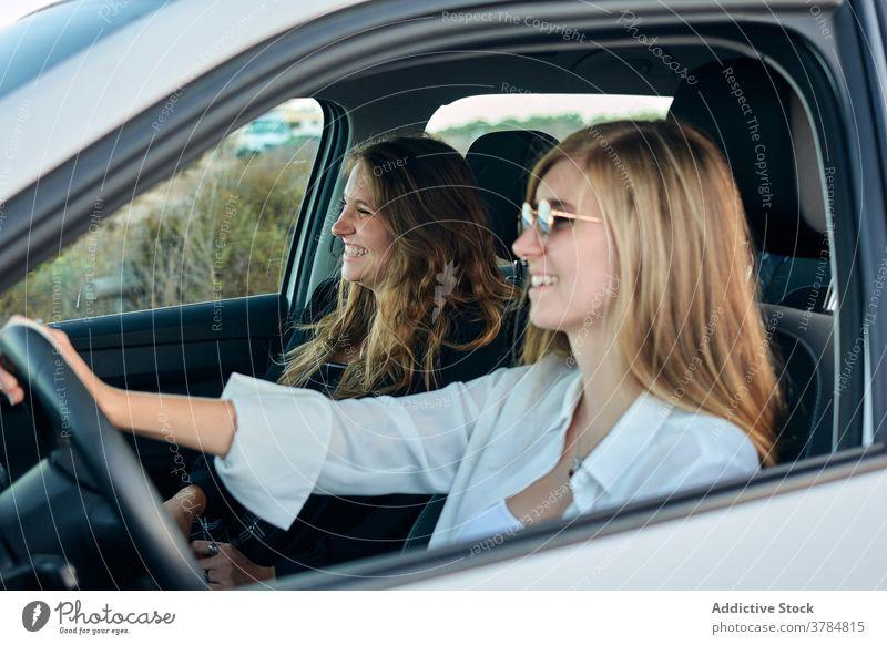 Sorglos reisende Frauen im Auto Autoreise Seeküste PKW Zusammensein Freund Mitfahrgelegenheit Laufwerk Sommer Urlaub Reise Feiertag Ausflug genießen Natur