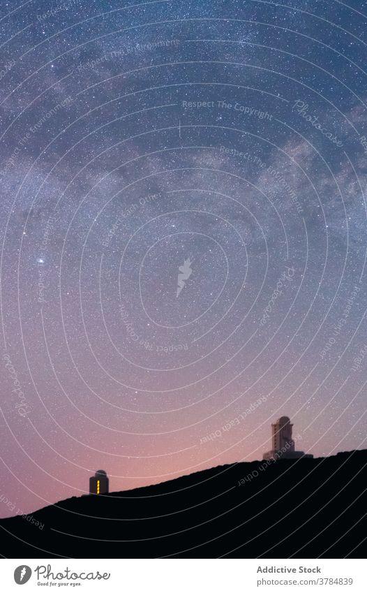 Sternenhimmel über dunklem Hügel Milchstrasse sternenklar Nacht Himmel Galaxie erstaunlich dunkel spektakulär Teneriffa Spanien Kanarische Inseln funkeln