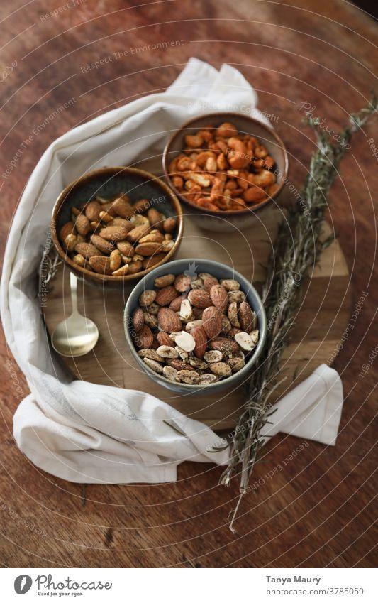 Schalen mit Nüssen mit Gewürzen umweltfreundlich Umwelt Innenaufnahme Muttern Protein Gesunde Ernährung Überfluss abschließen Veganer Gesunder Lebensstil