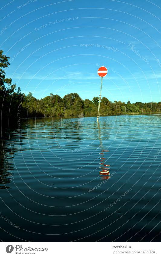 "Binnenschifffahrtszeichen ""Gesperrte Wasserfläche"" im Tegeler See ausflug boot erholung ferien fluß kanal landschaft natur paddel paddelboot ruderboot see"
