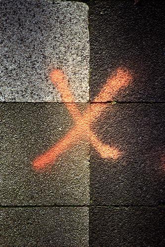 Kreuz auf dem Gehweg analog Analogfotografie Corona COVID Virus Pandemie Schutz Prävention Hygienevorschrift Hygienemaßnahme Grau Orange Fußweg Gehwegplatten