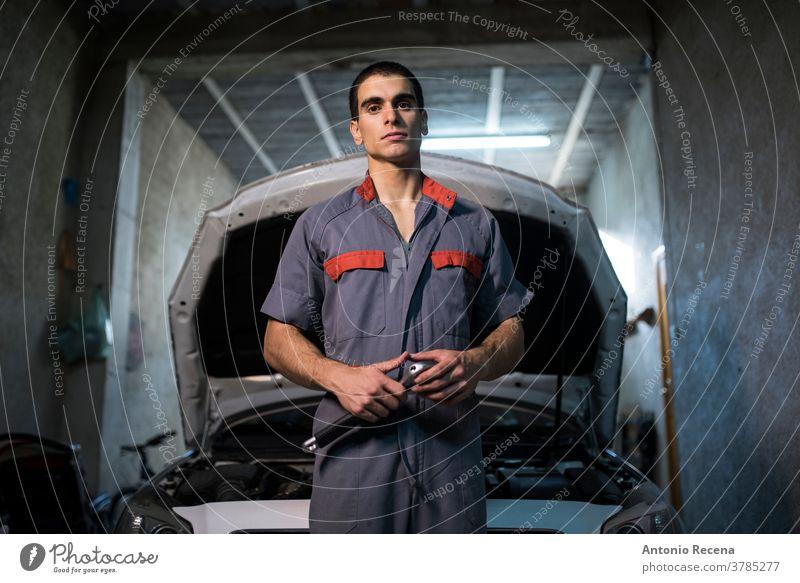 Junger männlicher Mechaniker arbeitet in seiner heimischen Werkstatt Mann Garage Arbeit Männer Erwachsener attraktiv gutaussehend Lebensstile Arbeiter