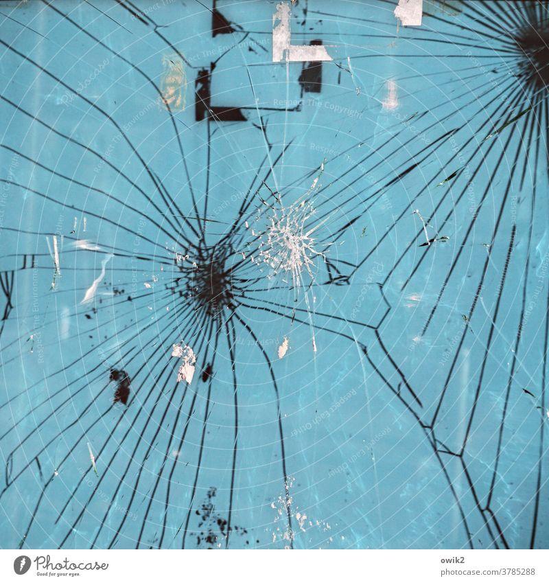 Versicherungsfall Zerbrochenes Fenster Glasbruch kaputt Fensterscheibe Riss gebrochen wild Wut Aggression Zerstörung Rache Frustration Farbfoto Außenaufnahme