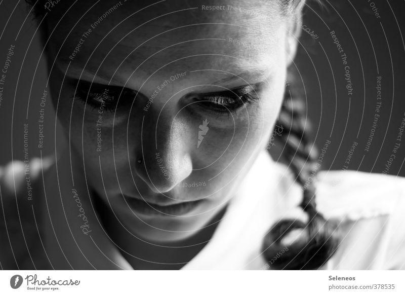 Ernstine Mensch Frau schön Einsamkeit Gesicht Erwachsene dunkel Auge feminin Traurigkeit Haare & Frisuren Denken Körper Haut elegant Mund
