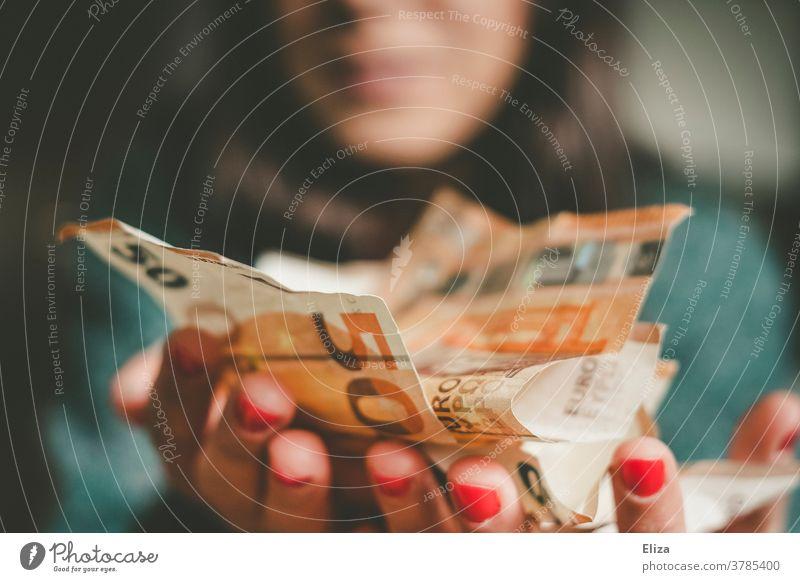 Eine Frau hält viel Geld in der Hand. Erfolg. Rendite. Gewinn. Reichtum Geldscheine viele Freude Bargeld Euro Kapitalwirtschaft Geldsegen lachen kaufen