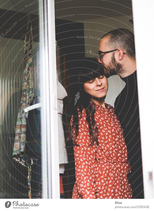 Mann küsst Frau Kuss Beziehung liebevoll Paar Liebe Zusammensein Küche zusammen Bussi Partnerschaft Zuneigung Schläfe Verliebtheit Vertrauen harmonisch Glück