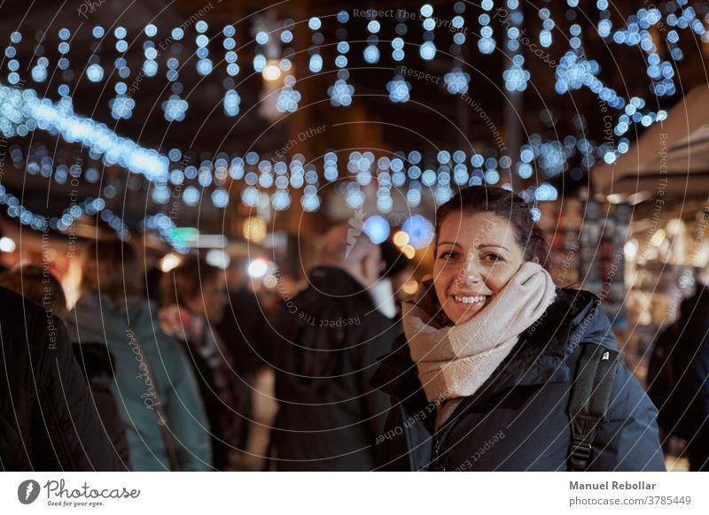 Fotografie einer Frau zu Weihnachten Glück schön Mädchen Feiertag Jahr neu Winter jung Menschen Fröhlichkeit Geschenk rot Lächeln Kaukasier Schönheit hübsch