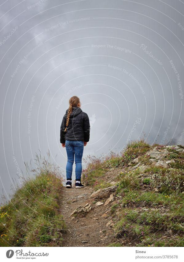 Mädchen am Abgrund Kind alleine einsam Risiko risikoreich Lebensgefahr Gefahr Angst gefährlich Zukunftsangst Einsamkeit Stille Ruhe Berghang Berge u. Gebirge