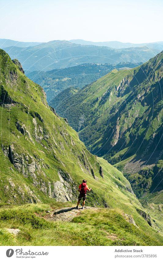 Männlicher Rucksacktourist genießt die Berglandschaft Reisender Wanderer Backpacker Berge u. Gebirge Trekking Kamm Natur Freiheit Aktivität Mann Landschaft