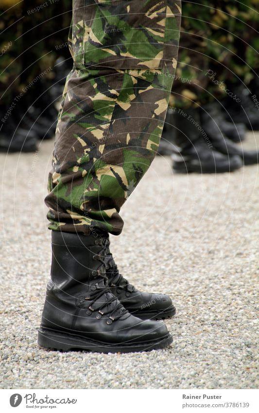 Soliders stehen in einer Reihe bei einer Militärparade Armee Tarnung Nahaufnahme Gerät bewachen Pistole Maschinengewehr Mann marschierend Männer Orden im Freien