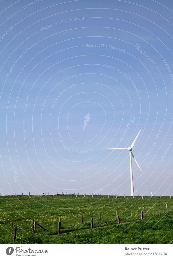 Windkraftanlage auf einem Hügel - Harmonie zwischen Technik und Natur alternativ blau Sauberkeit Klima Textfreiraum Ökologie elektrisch Elektrizität Energie