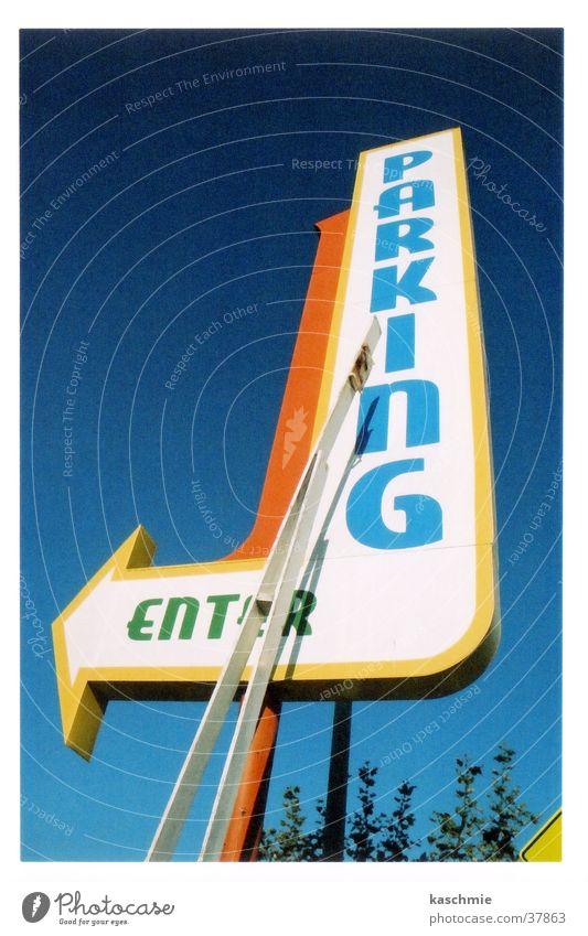 Parking parken Parkplatz Schilder & Markierungen Wegweiser Hinweis Hinweisschild Richtung richtungweisend Hintergrund neutral Blauer Himmel Klarer Himmel