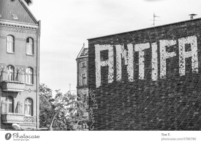 Graffiti Berlin Antifa wedding s/w antifa Schwarzweißfoto b&w b/w ruhig Einsamkeit Architektur Fenster Stadt Altstadt