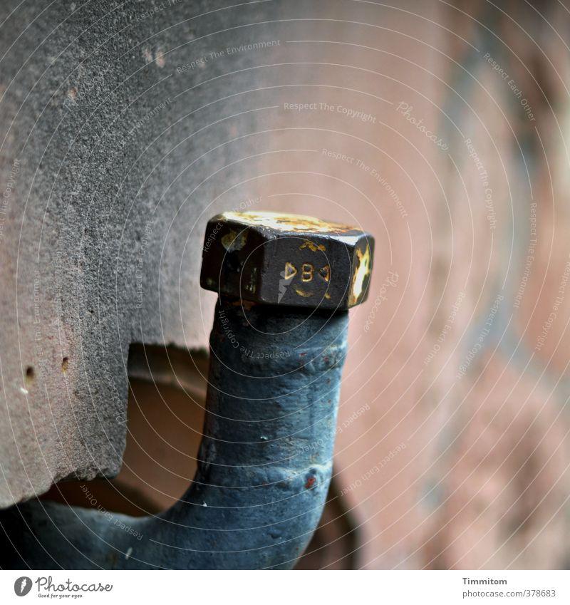 Rohr, außen, in stiller Erwartung. Mauer Wand Eisenrohr Rohrleitung Röhren Verschlussdeckel Metall Zeichen Schriftzeichen warten mehrfarbig grau sechskantig
