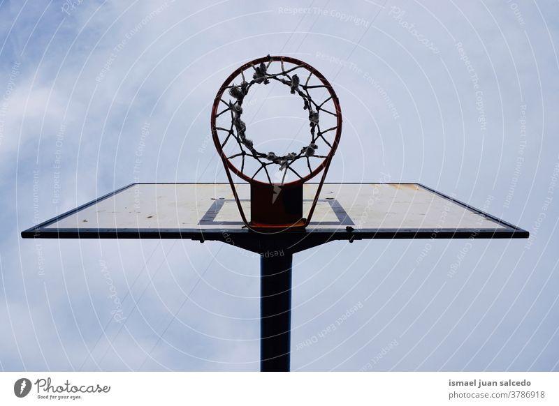 Basketballkorb und blauer Himmel, Straßenkorb in der Stadt Bilbao Spanien Korb Reifen Sport Sportgerät Straßenfotografie Silhouette Außenaufnahme Spielen