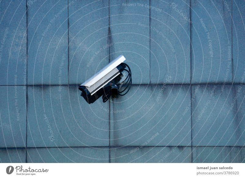 Sicherheitskamera an der Gebäudefassade Fotokamera Videokamera Überwachungskamera Wand Hintergrund Straße Gerät Schutz Technik & Technologie System Kontrolle