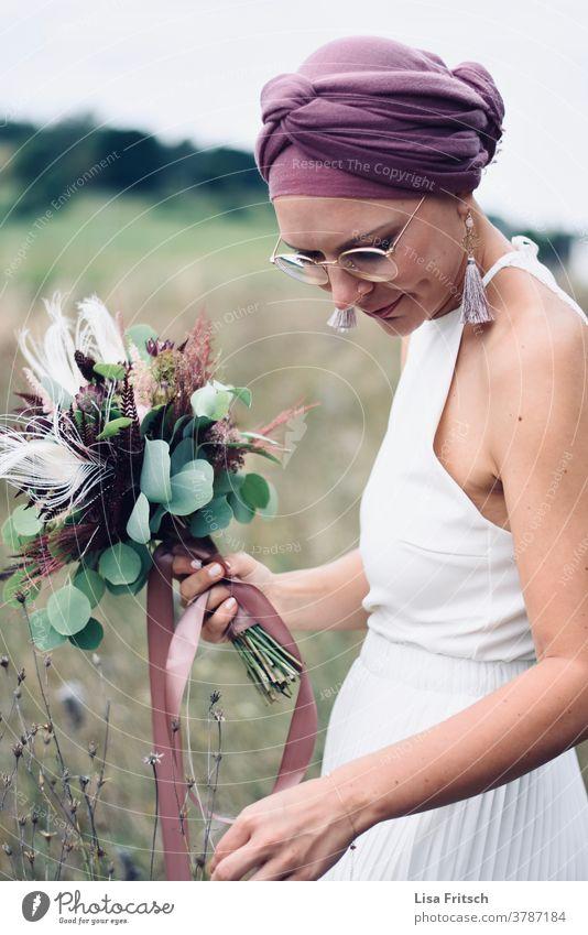 HOCHZEIT - BRAUT - BLUMEN - NATUR Hochzeit Braut Brautstrauß Brautkleid Sommer sommerhochzeit lila Kopftuch Vintage natürlich Lächeln Feld ästhetisch