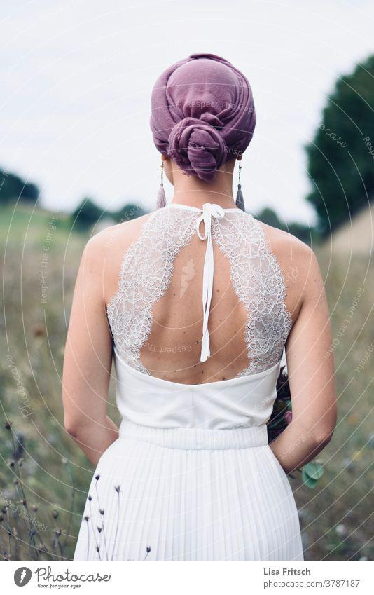 BRAUT - RÜCKENANSICHT - FELD Braut Brautkleid Rückenansicht Spitze Kopftuch entzückend Feld Natur Hochzeit Feste & Feiern Zukunft vorwärts ästhetisch Frau