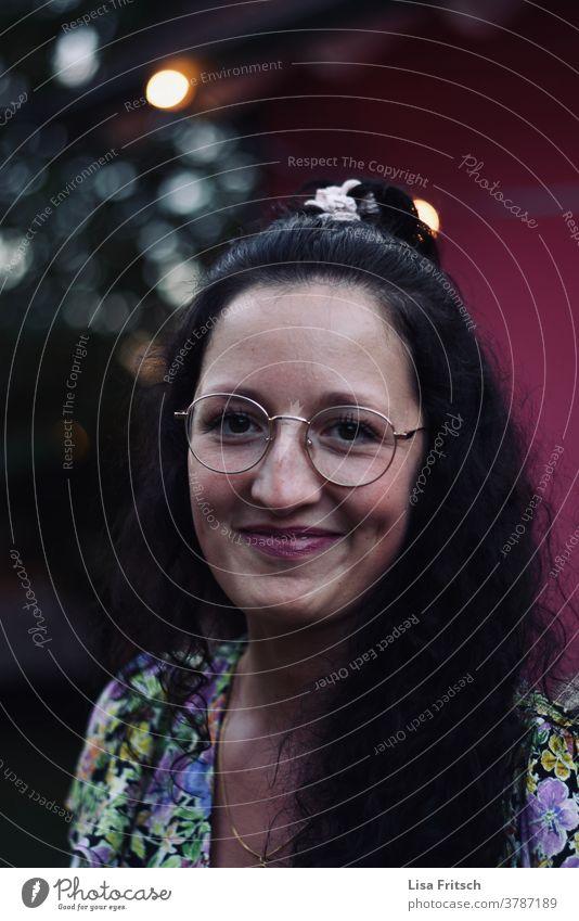 FRAU - BRILLE - SCHÖN 25-29 Jahre alt Frau jung trendy brünett Brille hübsch ästhetisch Erwachsene schön lichter grinsen lächeln lachen Schüchtern Außenaufnahme