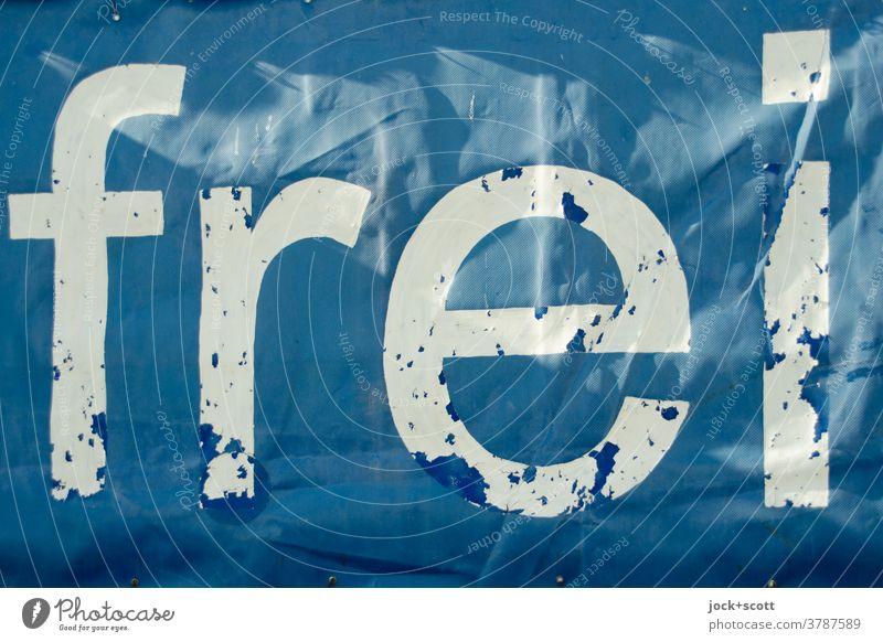 einfach frei Wort Typographie Freiheit Mitteilung transparent Schilder & Markierungen Lichtspiel verwittert Zahn der Zeit blau weiß Schriftzeichen abblättern