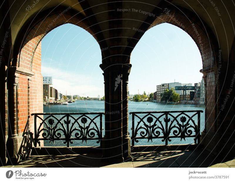 Ein erfreulicher Blick auf die Spree Panorama (Aussicht) Architektur Silhouette Sehenswürdigkeit Fluss Brücke Friedrichshain-Kreuzberg Bogen Stadtbild