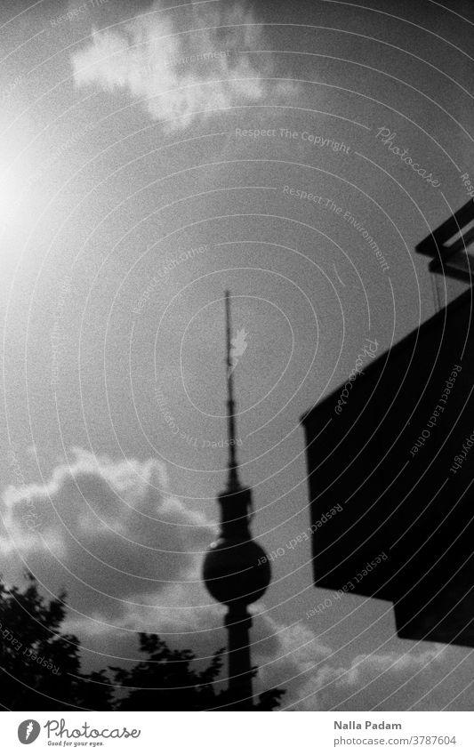 Fernsehturm leicht schräg und Gebäudeteil rechts analog Analogfotografie Wolken Blätter Himmel Außenaufnahme Berliner Fernsehturm Alexanderplatz Hauptstadt
