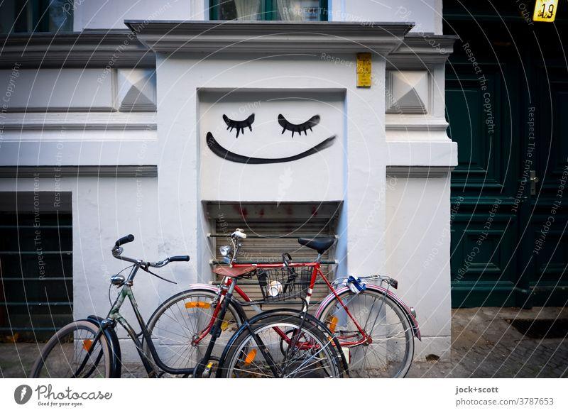 Rad, Fassade, Stimmung. Alles gut. Fahrrad Straßenkunst Smiley Haus Lebensgefühl Leichtigkeit Wand Stellplatz Kreativität Hausnummer Eingang Wandmalereien
