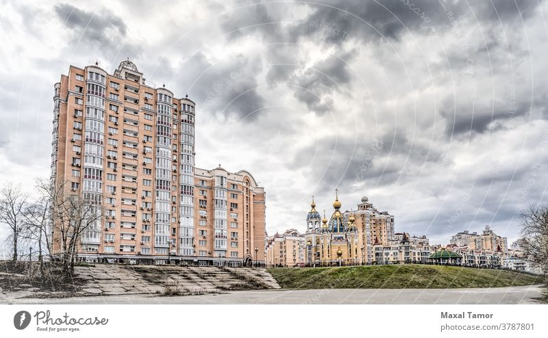 Gebäude im Bezirk Obolon in Kiew Geburt Christi Geburt Christi Kirche kyiv Ukraine architektonisch Architektur Herbst PKW Kathedrale christian Wolken kalt