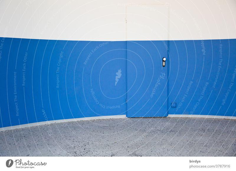 Mit gleichen Wandfarben übermalte, unscheinbare Tür in gewölbter Wand rund Farbsegmente außergewöhnlich blau weiß grau Eingang Ausgang graphisch Design