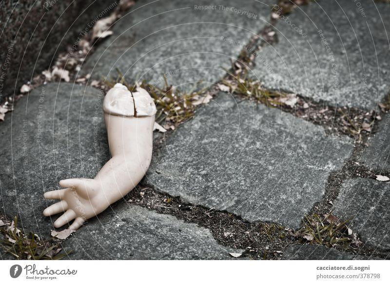 deadly accident dunkel Straße Gefühle Traurigkeit Tod Angst Arme bedrohlich kaputt Spielzeug Schmerz Straßenbelag skurril Verzweiflung bizarr Surrealismus