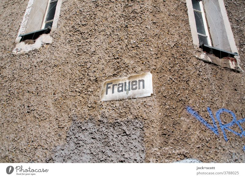 einfach Frauen, ein Schild und zwei Fenster Fassade Schilder & Markierungen Straßenschild Wort DDR Wand Zahn der Zeit verwittert Typographie retro Vergangenheit