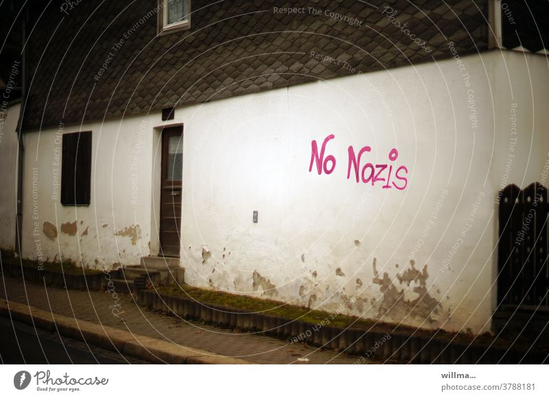 einmal hinter die fassade schaun ... no Nazis dagegen Protest Graffiti Gesinnung Ideologie Fassade Hauswand Schriftzeichen Buchstaben Protesthaltung anti