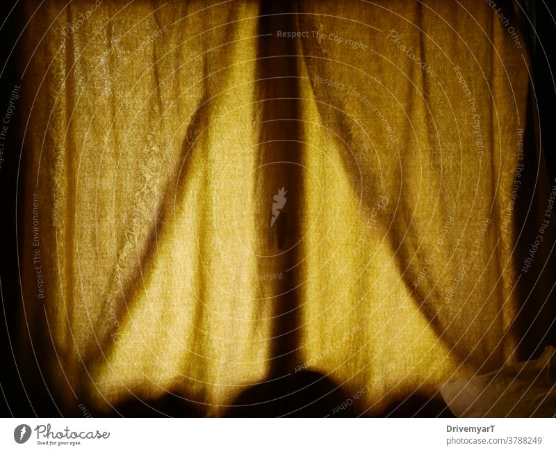 Gelbe Vorhänge vor einem Fenster mit Licht von außen Gardine gelb Raum Schlafzimmer Gewebe Muster Textur rau Oberfläche Schatten nuance Atmosphäre Ambiente itim