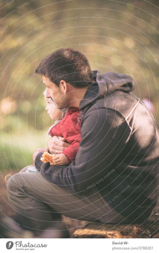 Vater hält seinen Sohn in den Armen und zeigt ihm die Welt Kind Papa Liebe Zusammenhalt Zusammensein nähe Geborgenheit Familie Menschen Glück herbst natur