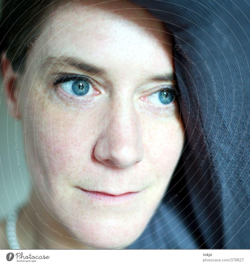 Close-up Frau Erwachsene Leben Gesicht Frauengesicht 1 Mensch 30-45 Jahre Denken Lächeln Blick träumen natürlich feminin blau Gefühle Sympathie Verliebtheit