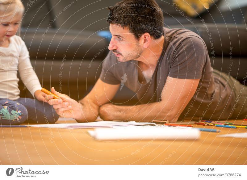 Vater und Kind malen zusammen Teamwork Vater mit Kind Tochter Eltern Kindererziehung Familie & Verwandtschaft Zusammensein erklären Mädchen gemeinsam spielen