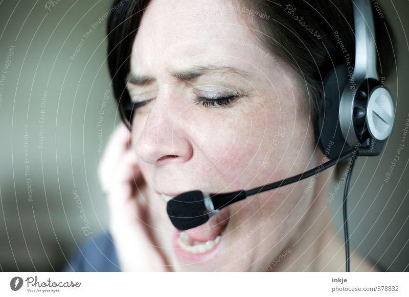 Da werden Sie geholfen. Mensch Frau Erwachsene Gesicht Leben Gefühle sprechen Büro Kommunizieren Telekommunikation Technik & Technologie Wut
