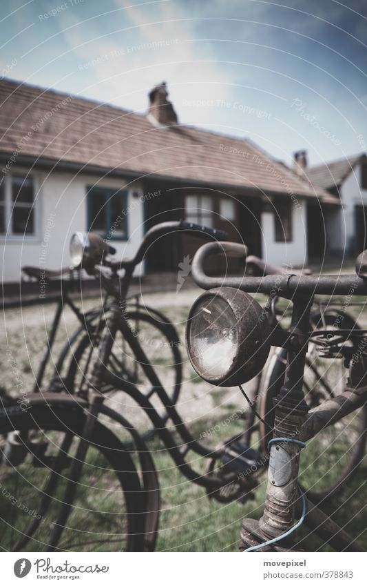 wer rarstet der rostet Haus Fahrrad Dorf Kleinstadt Menschenleer stehen alt dreckig retro Mobilität Nostalgie Wandel & Veränderung Rost Fahrradlampe