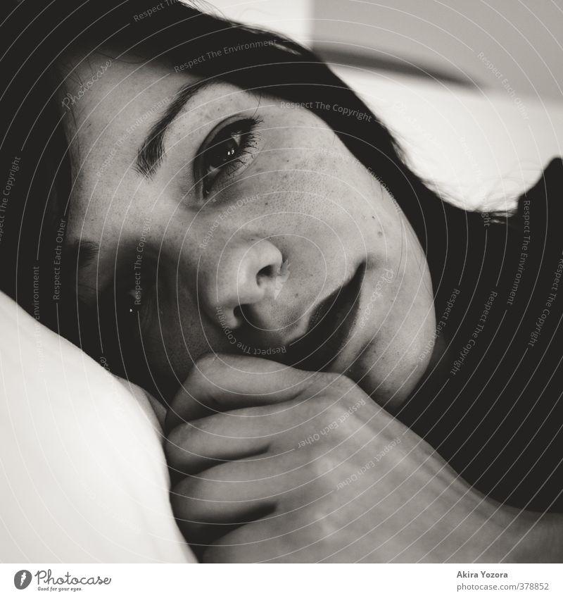 This is not me. feminin Junge Frau Jugendliche Gesicht 1 Mensch 18-30 Jahre Erwachsene schwarzhaarig langhaarig berühren Denken Blick Traurigkeit Gefühle Sorge