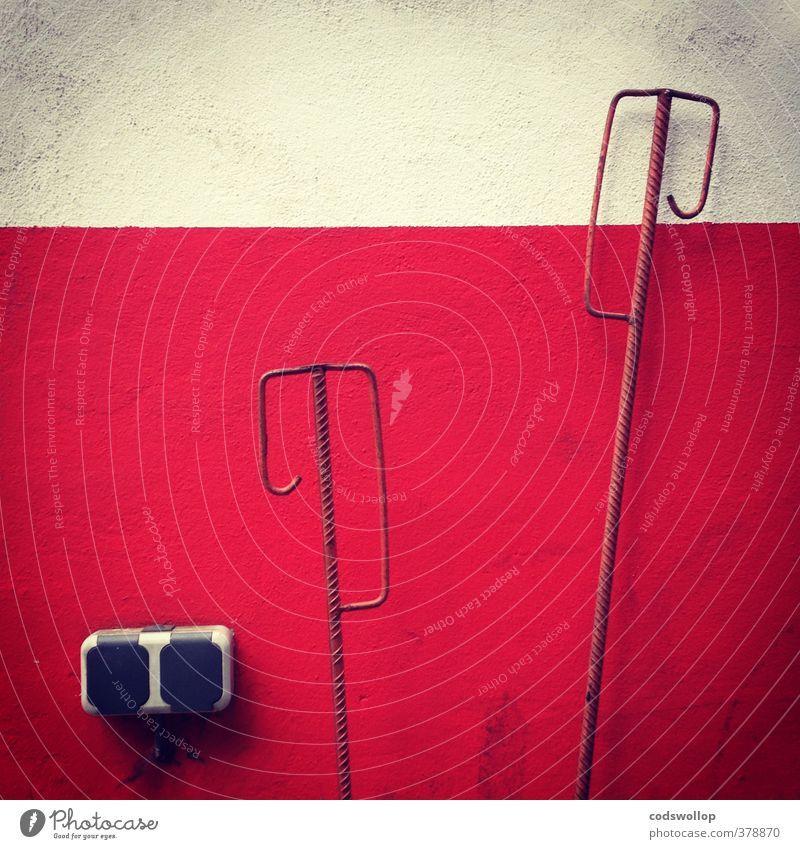 ciment et acier Industrie Mauer Wand Fassade Beton Stahl trist Stadt rot weiß Steckdose Stabstahl Farbfoto Gedeckte Farben Außenaufnahme Menschenleer